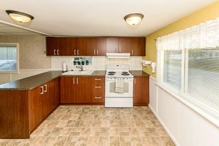 """Photo 3: 26 21163 LOUGHEED Highway in Maple Ridge: Southwest Maple Ridge Manufactured Home for sale in """"VAL MARIA"""" : MLS®# R2408207"""
