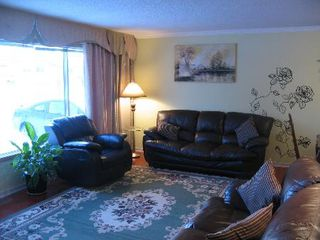 Photo 4: Gorgeous 3 bedroom Family Home!