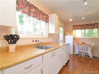 Photo 2: 561B Acland Ave in VICTORIA: Co Wishart North Half Duplex for sale (Colwood)  : MLS®# 642319
