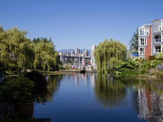 "Photo 3: 1511 MARINER Walk in Vancouver: False Creek Townhouse for sale in ""THE LAGOONS"" (Vancouver West)  : MLS®# V1076044"