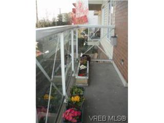Photo 2: 211 1371 Hillside Ave in VICTORIA: Vi Oaklands Condo for sale (Victoria)  : MLS®# 530880