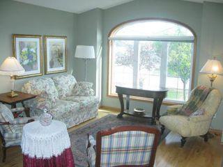Photo 3: Elegant 4 Bedroom Bungalow